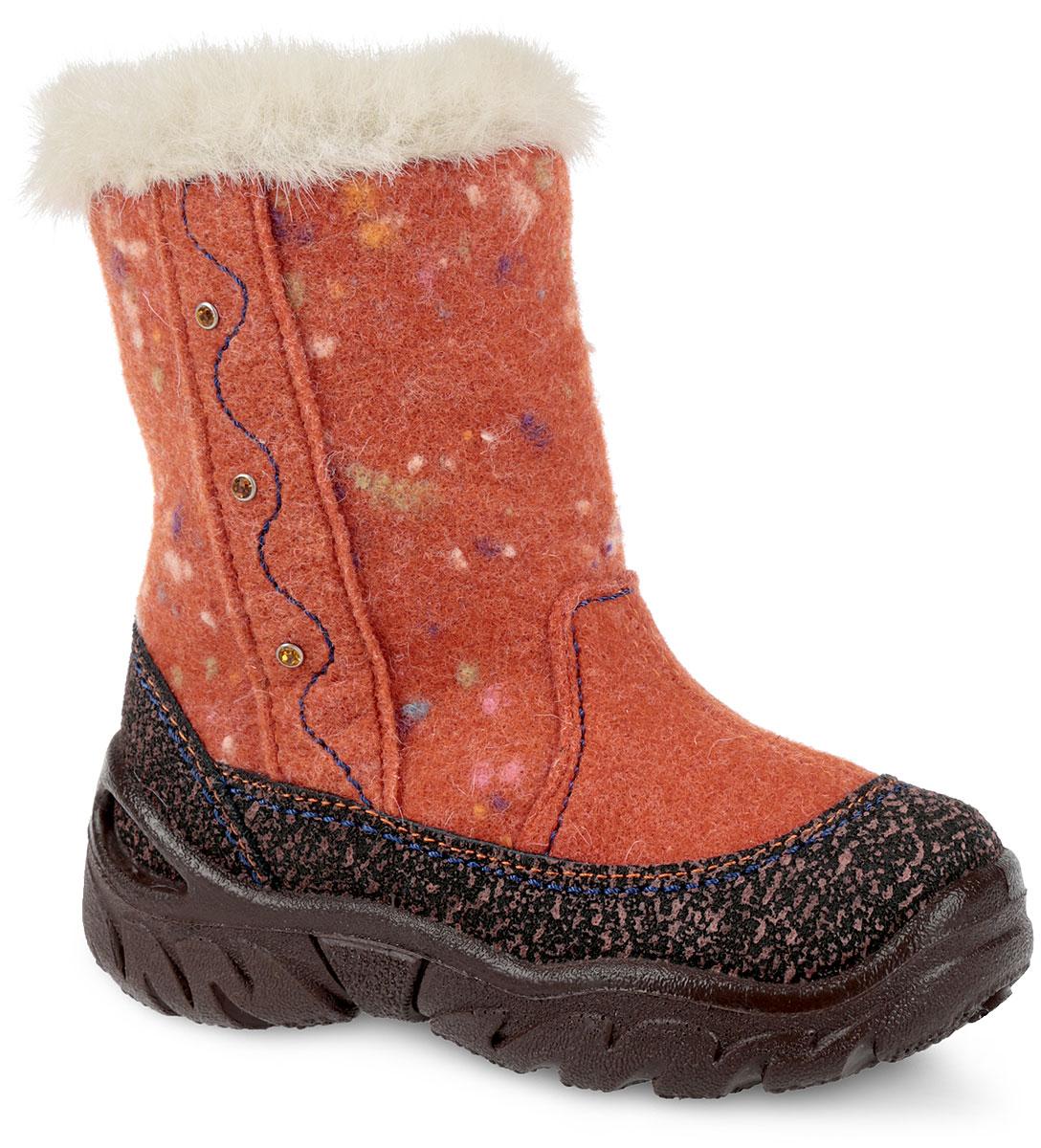 367039-43Модные и невероятно теплые валенки от Котофей согреют ножки вашей дочурки в лютые морозы! Модель выполнена из войлока и оформлена оригинальным узором, сбоку - волнообразной прострочкой и стразами в металлической оправе. Верх изделия дополнен оторочкой из искусственного меха. Застежка-молния позволяет регулировать объем голенища. Подкладка из натуральной овечьей шерсти и вкладная стелька из войлока создают надежную теплозащиту. Защитные накладки вдоль подошвы обеспечивают непромокаемость и защиту от истирания. Протектор на подошве гарантирует идеальное сцепление на любой поверхности. Удобные и теплые валенки - необходимая вещь в гардеробе каждого ребенка.