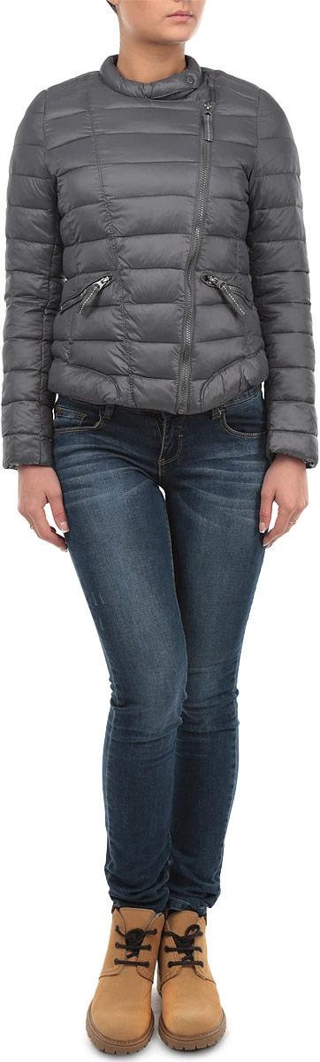 Куртка10153835 861Почти невесомая куртка Broadway может стать вашей любимой моделью - ведь с ней будет так легко! Модель с застежкой-молнией дополнена хлястиком на кнопке. Стеганая куртка оформлена двумя врезными карманами на застежках- молниях. Контрастная подкладка делает дизайн модели более интересным.