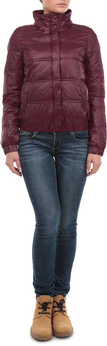 Куртка женская. 6010195860101958 366Удобная женская куртка Broadway согреет вас в прохладную погоду. Модель с длинными рукавами и воротником-стойкой застегивается на застежку-молнию и имеет ветрозащитный клапан на кнопках. Наполнитель из 100% синтепона обеспечит надежное сохранение тепла и защитит от ветра. Куртка дополнена двумя открытыми втачными карманами спереди. Рукава и низ куртки дополнены широкими эластичными резинками. Эта модная и в то же время комфортная куртка - отличный вариант для прогулок и занятия спортом, она подчеркнет ваш изысканный вкус и поможет создать неповторимый образ.