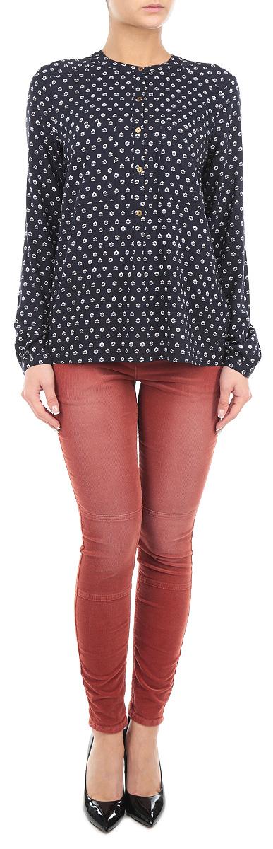 Брюки6403636.62.71_3537Стильные женские брюки Tom Tailor - это изделие высочайшего качества, которое прекрасно сидит. Брюки имеют мягкую бархатную поверхность выполнены из высококачественного эластичного хлопка, что обеспечивает комфорт и удобство при носке. Брюки скинни заниженной посадки станут отличным дополнением к вашему современному образу. Брюки застегиваются на пуговицу в поясе и ширинку на застежке-молнии, имеются шлевки для ремня. Брюки имеют классический пятикарманный крой: спереди модель оформлена двумя втачными карманами и одним маленьким накладным кармашком, а сзади - двумя накладными карманами. Эти модные и в тоже время комфортные брюки послужат отличным дополнением к вашему гардеробу.