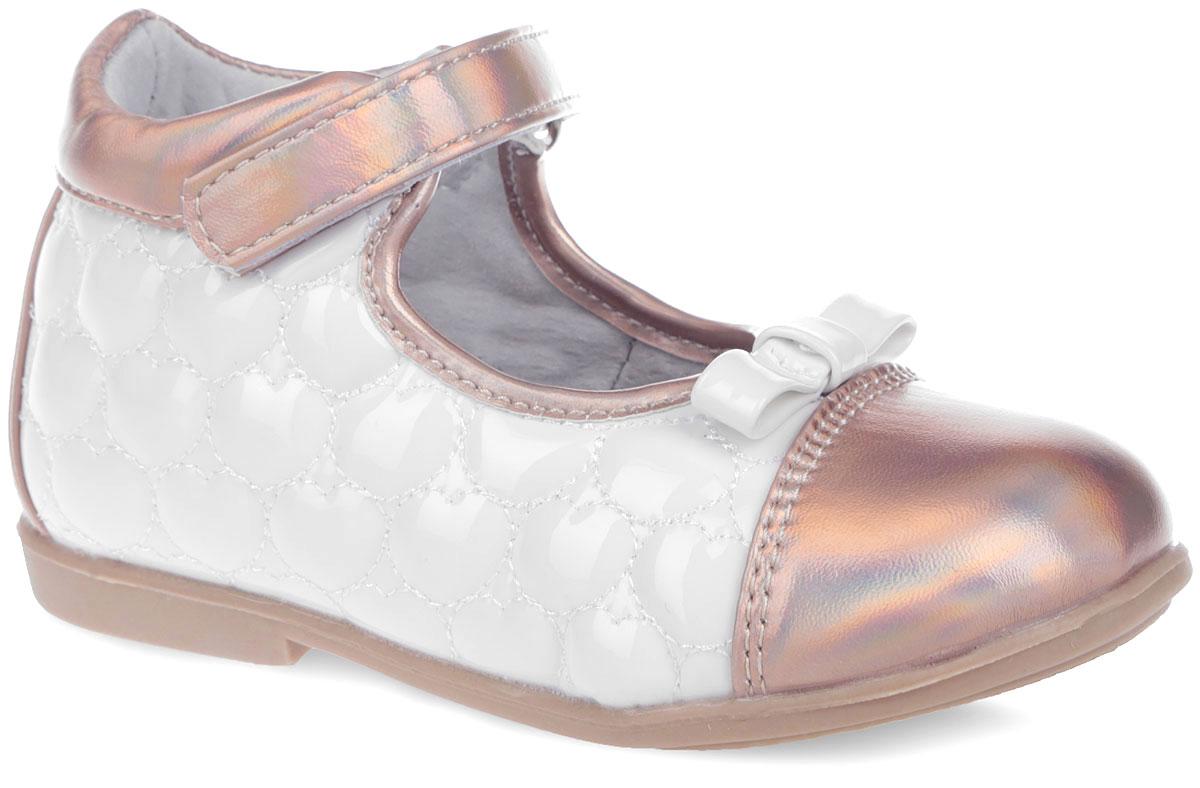 200053Очаровательные туфли от Mursu прекрасно дополнят модный образ вашей дочурки! Модель выполнена из искусственного лака со вставками из искусственной кожи. Боковые стороны оформлены прострочкой в виде сердечек, мыс - бантиком. Подкладка из натуральной кожи позволяет ножкам дышать. Ремешок на застежке-липучке надежно зафиксирует обувь. Кожаная стелька дополнена супинатором, который обеспечивает правильное положение ноги ребенка при ходьбе, предотвращает плоскостопие. Рифленая поверхность подошвы защищает изделие от скольжения. Модные и удобные туфли займут достойное место в гардеробе вашей девочки.