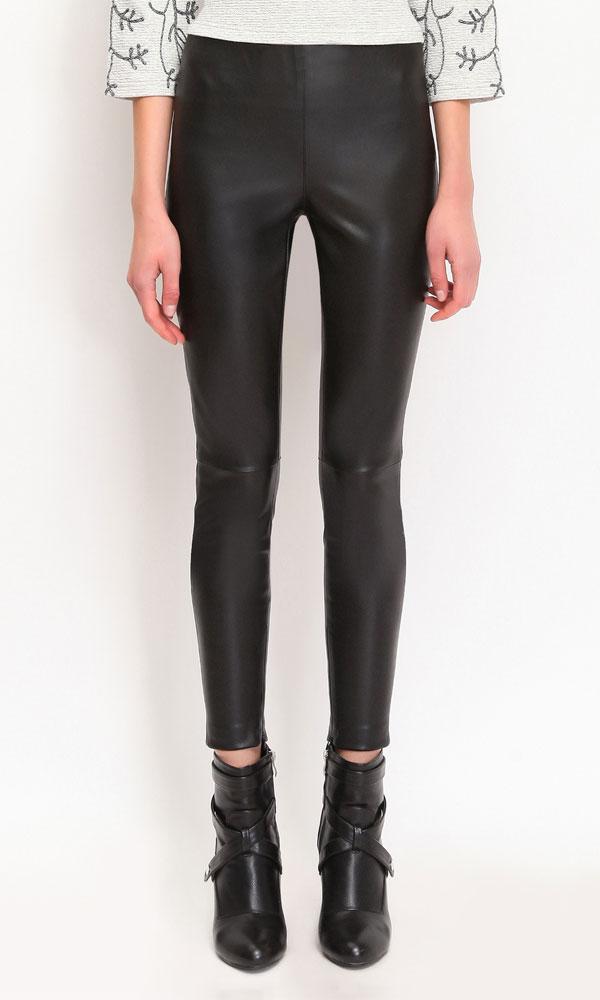 Брюки женские. SSP2070CASSP2070CAСтильные женские брюки Top Secret позволят вам создать неповторимый и запоминающийся образ. Брюки изготовлены из полиуретана, эластичны. Лицевая сторона изделия гладкая, изнаночная - выполнена из байкового материала. Брюки-слим на поясе имеют широкую эластичную резинку. Сбоку модель застегивается на молнию и дополнительно на скрытый крючок. Снизу брючин предусмотрены застежки-молнии. Эти модные брюки послужат отличным дополнением к вашему гардеробу. В них вы всегда будете чувствовать себя уверенно и удобно.