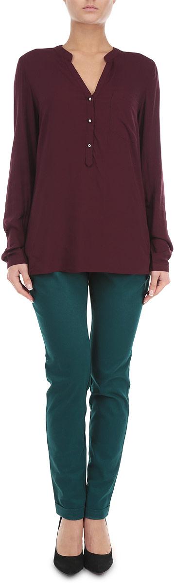БрюкиP-115/598-5353Стильные женские брюки Sela, выполненные из высококачественного хлопка с добавлением эластана, станут отличным дополнением к вашему современному образу. Модель полуприлегающего силуэта и средней посадки подчеркнет достоинства вашей фигуры. Застегиваются брюки на пуговицу в поясе и ширинку на застежке-молнии, имеются шлевки для ремня. Спереди модель оформлена двумя втачными карманами с косыми срезами, сзади - двумя втачными карманами с горизонтальными срезами. Брюки декорированы оригинальным плетеным ремешком из искусственной замши. Эти модные и в тоже время комфортные брюки послужат отличным дополнением к вашему гардеробу. В них вы всегда будете чувствовать себя уютно и комфортно.