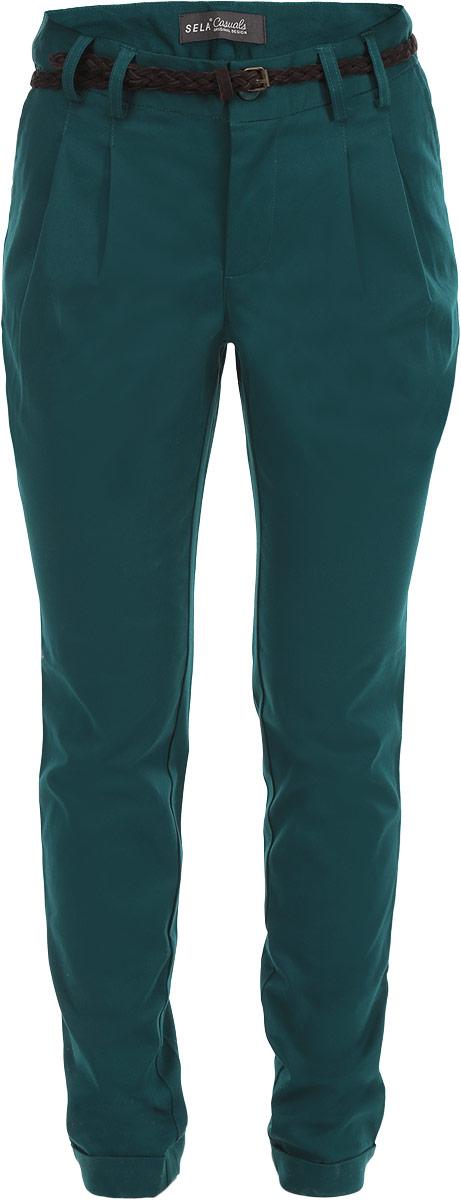 Брюки женские. P-115/598-5353P-115/598-5353Стильные женские брюки Sela, выполненные из высококачественного хлопка с добавлением эластана, станут отличным дополнением к вашему современному образу. Модель полуприлегающего силуэта и средней посадки подчеркнет достоинства вашей фигуры. Застегиваются брюки на пуговицу в поясе и ширинку на застежке-молнии, имеются шлевки для ремня. Спереди модель оформлена двумя втачными карманами с косыми срезами, сзади - двумя втачными карманами с горизонтальными срезами. Брюки декорированы оригинальным плетеным ремешком из искусственной замши. Эти модные и в тоже время комфортные брюки послужат отличным дополнением к вашему гардеробу. В них вы всегда будете чувствовать себя уютно и комфортно.