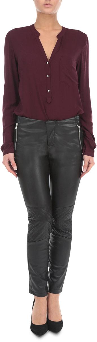 Брюки10153823 999Стильные и оригинальные женские брюки Broadway, выполненные из материала высочайшего качества, позволят вам создать неповторимый, запоминающийся образ. Модель прямого кроя имеет классическую посадку и застегиваются на молнию и кнопку на поясе. Изделие дополнено двумя втачными карманами на застежках-молниях спереди. Зауженные брюки оформлены вставками со стеганым узором на коленях и имитацией карманов сзади. Эти модные брюки послужат отличным дополнением к вашему гардеробу. В них вы всегда будете чувствовать себя уверенно и удобно.