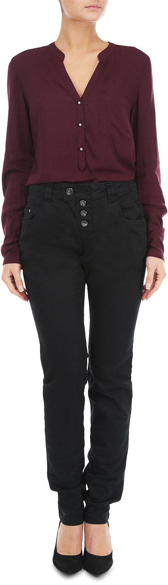 Брюки6403344.00.71_2999Стильные женские брюки Tom Tailor станут отличным дополнением к вашему гардеробу. Брюки прямого кроя и средней посадки изготовлены из эластичного хлопка и не сковывают движения. Брюки на талии застегиваются на пуговицу, также имеются ширинка на пуговицах и шлевки для ремня. Брюки имеют классический пятикарманный крой: спереди модель дополнена двумя втачными карманами и одним маленьким накладным кармашком, а сзади - двумя накладными карманами. Эти модные и в тоже время комфортные брюки послужат отличным дополнением к вашему гардеробу. В них вы всегда будете чувствовать себя уверенно и комфортно.