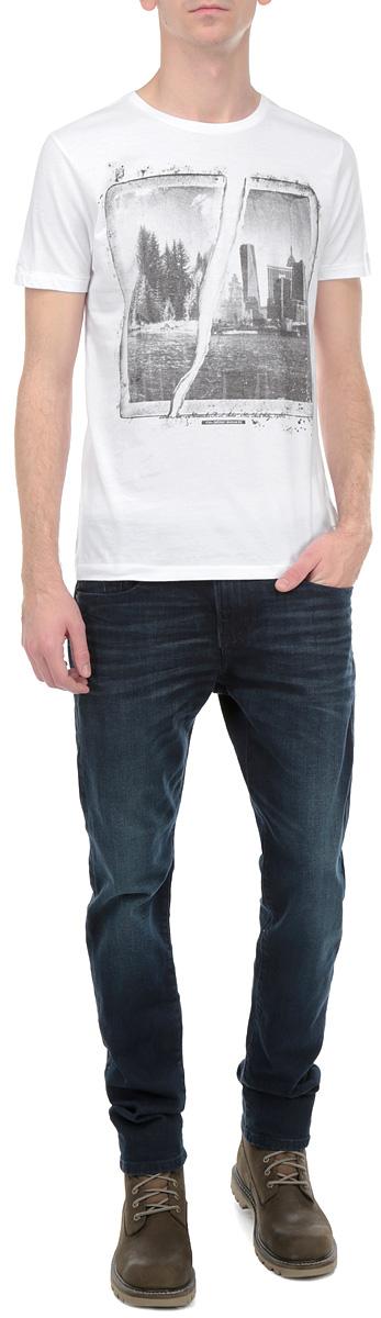 Футболка10154038 00AСтильная мужская футболка Broadway, выполненная из высококачественного хлопка, обладает высокой теплопроводностью, воздухопроницаемостью и гигроскопичностью, позволяет коже дышать. Модель с короткими рукавами и круглым вырезом горловины - идеальный вариант для создания образа в стиле Casual. Футболка оформлена принтом с изображением коллажа из черно-белых фотографий города. Такая модель подарит вам комфорт в течение всего дня и послужит замечательным дополнением к вашему гардеробу.