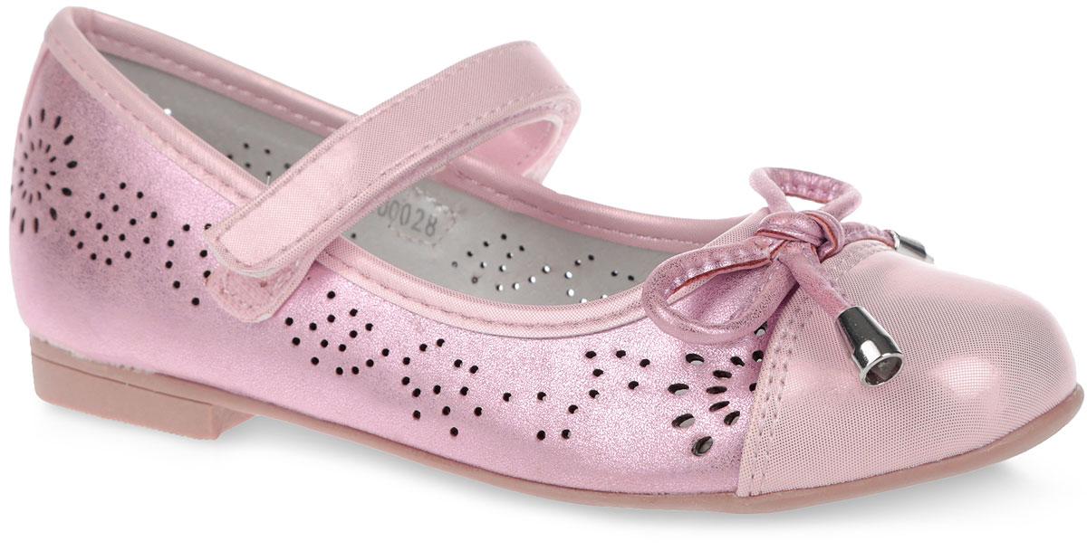 Туфли для девочки. 20002200027Очаровательные туфли от Mursu прекрасно дополнят модный образ вашей маленькой принцессы! Модель выполнена из искусственной кожи c блестящей поверхностью и оформлена задним наружным ремнем, перфорацией, на мысе - милым бантиком. Подкладка из натуральной кожи позволяет ножкам дышать. Ремешок на застежке-липучке надежно зафиксирует обувь. Кожаная стелька дополнена супинатором, который обеспечивает правильное положение ноги ребенка при ходьбе, предотвращает плоскостопие. Рифленая поверхность подошвы защищает изделие от скольжения. Модные и удобные туфли займут достойное место в гардеробе вашей девочки.