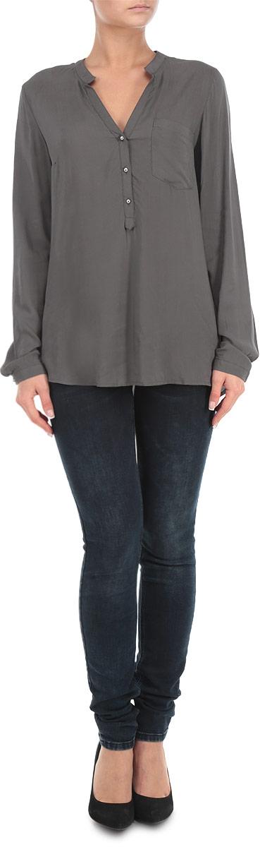 Блузка10152177 001Элегантная блузка Broadway выполнена из вискозы, материал очень мягкий и приятный на ощупь. Модель прямого кроя с длинными рукавами и V-образным вырезом горловины. Блузка застегивается на пуговицы до середины длины изделия. Манжеты также застегиваются на пуговицы. На груди изделие дополнено накладным карманом. Лаконичная блузка с полукруглым низом будет идеально сочетаться с узкими брюками или леггинсами. Эта блузка послужит отличным дополнением к вашему гардеробу, в ней вы будете чувствовать себя комфортно.