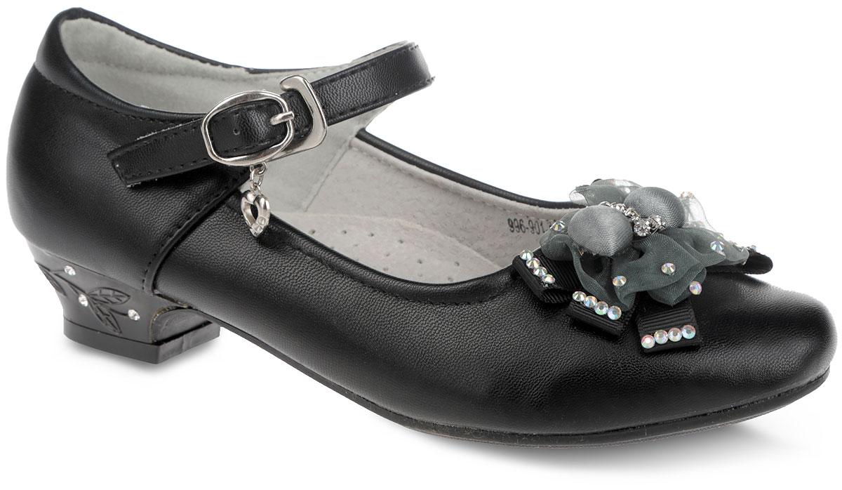 996-901-15w-01-10Прелестные туфли от Patrol очаруют вашу дочурку с первого взгляда! Модель выполнена из искусственной кожи и декорирована на мысе оригинальным текстильным бантом, украшенным стразами. Подкладка из натуральной кожи позволяет ножкам дышать. Ремешок с металлической пряжкой, оформленный подвеской в виде сердечка, надежно зафиксирует обувь. Длина ремешка регулируется за счет болта. Кожаная стелька дополнена супинатором с перфорацией, который обеспечивает правильное положение ноги ребенка при ходьбе, предотвращает плоскостопие. Каблук оформлен растительным узором и стразами. Рифленая поверхность каблука и подошвы защищает изделие от скольжения. Удобные туфли - незаменимая вещь в гардеробе каждой девочки.