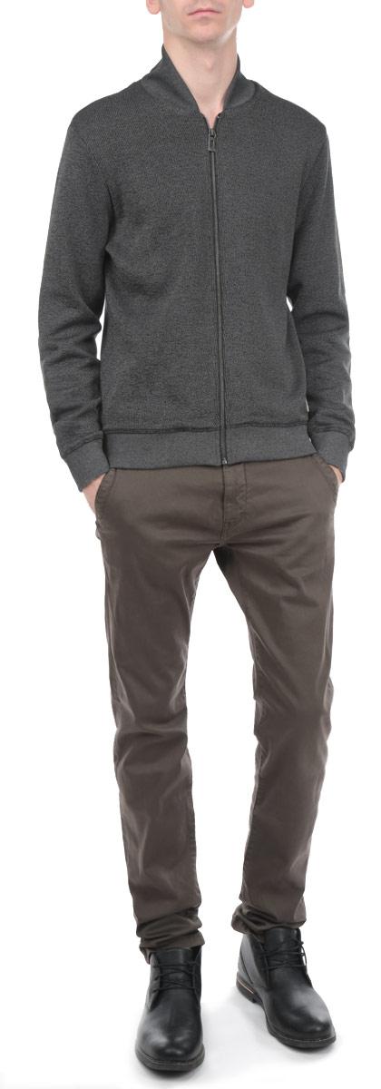 Кофта2529576.00.10_2652Стильная мужская кофта Tom Tailor, выполненная из высококачественного хлопка с добавлением полиэстера, идеально впишется в ваш гардероб и согреет вас в прохладные дни. Модель с V-образным вырезом горловины и длинными рукавами.застегивается на металлическую застежку-молнию по всей длине. Эта стильная кофта подарит вам комфорт и станет прекрасным дополнением к вашему гардеробу.
