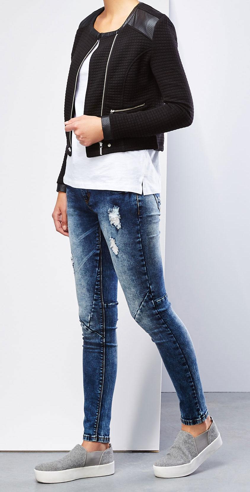 Джинсы женские. Z-JE-1810Z-JE-1810_NAVYМодные женские джинсы Moodo станут отличным дополнением к вашему гардеробу. Изготовленные из эластичного хлопка, они мягкие и приятные на ощупь, не сковывают движения и позволяют коже дышать. Джинсы-слим на поясе застегиваются на металлическую пуговицу и имеют ширинку на застежке-молнии, а также шлевки для ремня. Модель имеет классический пятикарманный крой: спереди - два втачных кармана и один маленький накладной, а сзади - два накладных кармана. Изделие оформлено легким эффектом искусственного состаривания денима: прорези и потертости. На поясе джинсы дополнены нашивкой с названием бренда. Современный дизайн и расцветка делают эти джинсы стильным предметом одежды. Это идеальный вариант для тех, кто хочет заявить о себе и своей индивидуальности и отразить в имидже собственное мировоззрение.