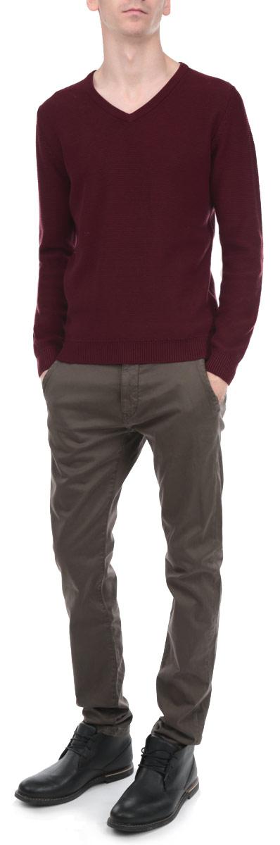 Пуловер мужской. 3020222.00.103020222.00.10_4268Стильный мужской пуловер Tom Tailor, выполненный из высококачественного хлопка, необычайно мягкий и приятный на ощупь, не сковывает движения, обеспечивая наибольший комфорт. Пуловер с V-образным вырезом горловины имеет длинные рукава. Низ и манжеты связаны мелкой резинкой, что предотвращает деформацию при носке и защищает от проникновения холодного воздуха. Модель идеально гармонирует с любыми предметами одежды. Этот вариант уместен и на отдых, и работу. Такой замечательный пуловер - базовая вещь в гардеробе современного мужчины, желающего выглядеть элегантно каждый день!