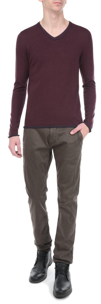 Джемпер мужской. 3019802.00.103019802.00.10_5465Стильный мужской джемпер Tom Tailor необычайно мягкий и приятный на ощупь, не сковывает движения, обеспечивая наибольший комфорт. Модель с V-образным вырезом горловины и длинными рукавами идеально гармонирует с любыми предметами одежды. Отделка низа изделия и низа рукавов придают джемперу оригинальность. Такой замечательный джемпер - базовая вещь в гардеробе современного мужчины, желающего выглядеть элегантно каждый день!