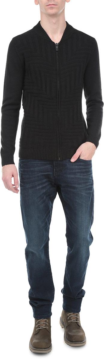 Кардиган3020265.00.15_2999Классический мужской кардиган Tom Tailor с воротником-стойкой и длинными рукавами будет гармонично смотреться в сочетании как с джинсами, так и с брюками. Модель изготовлена из мягкой полушерстяной пряжи и спереди оформлена оригинальным вязаным узором. Застегивается на металлическую застежку-молнию по всей длине изделия. Манжеты, воротник и низ изделия выполнены резинкой, что предотвращает деформацию при носке. Такой кардиган незаменим прохладными летними вечерами и в зимние холода.