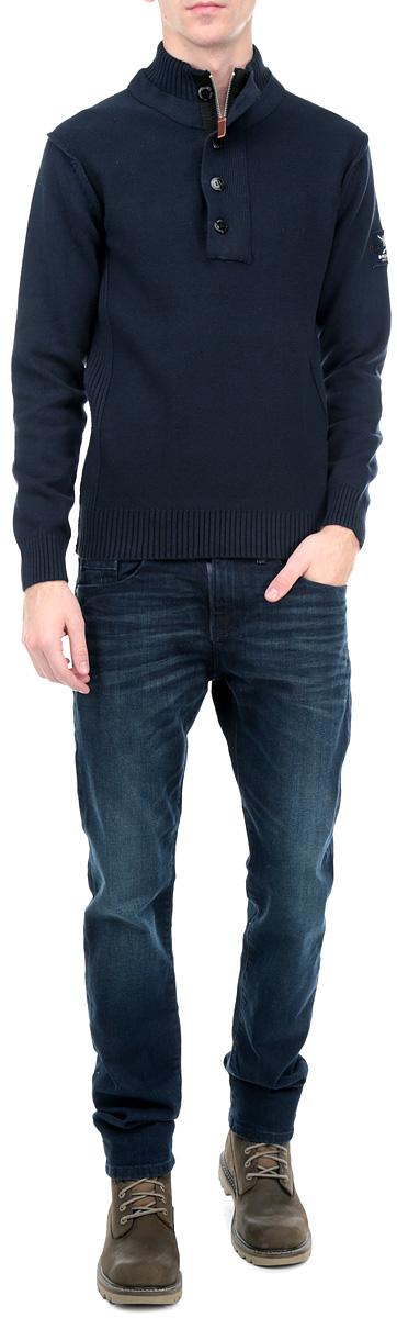 10153711 544Мужской свитер Broadway, изготовленный из высококачественной хлопковой пряжи, мягкий и приятный на ощупь, не сковывает движений и обеспечивает наибольший комфорт. Модель мелкой вязки с воротником-стойкой и длинными рукавами великолепно подойдет для создания образа в стиле Casual. Воротник застегивается на застежку-молнию и клапан с 3 пластиковыми пуговицами. Манжеты рукавов и низ свитера связаны резинками. Рукав оформлен нашивкой с логотипом производителя. Этот свитер послужит отличным дополнением к вашему гардеробу. В нем вы всегда будете чувствовать себя уютно и комфортно в прохладную погоду.