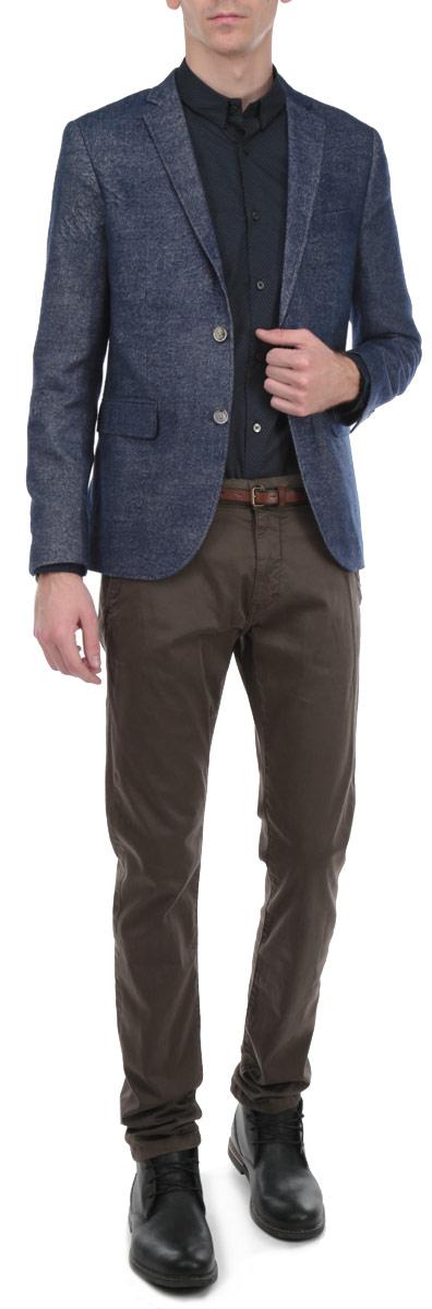 Пиджак3922263.00.10_1000Стильный мужской пиджак Tom Tailor, изготовленный из плотного полиэстера и вискозы, не сковывает движений, обеспечивая наибольший комфорт. Модель прямого кроя с длинными рукавами и воротником с лацканами застегивается спереди на две пуговицы. Манжеты рукавов также застегиваются на пуговицы. Пиджак дополнен двумя боковыми втачными карманами с клапанами. На внутренней стороне предусмотрены два потайных кармана на пуговицах и один потайной карман без застежки. Изделие имеет вшитые подплечники. Этот модный пиджак станет отличным дополнением к вашему гардеробу.