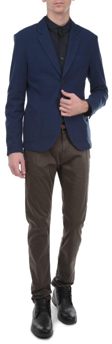 3922203.00.12Стильный мужской пиджак Tom Tailor Denim, изготовленный из мягкого хлопкового материала, поможет вам создать оригинальный образ и подчеркнуть свой вкус. Модель прямого кроя с длинными рукавами и воротником с лацканами застегивается спереди на две пуговицы. Манжеты рукавов также застегиваются на пуговицы. Пиджак дополнен нагрудным кармашком и двумя накладными карманами по бокам. Этот элегантный пиджак станет отличным дополнением к вашему гардеробу.