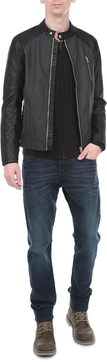 3721923.62.12_2999Стильная мужская куртка Tom Tailor Denim выполнена из высококачественной искусственной матовой кожи с подкладкой из полиэстера и рассчитана на прохладную погоду. Куртка поможет вам почувствовать себя максимально комфортно и стильно. Модель с длинными рукавами и круглым воротником застегивается на металлическую застежку-молнию и дополнительно хлястиком на кнопку. Спереди модель дополнена двумя втачными карманами на застежках-молниях, с внутренней стороны - втачным карманом на кнопке. Модный дизайн и практичность - отличный выбор на каждый день!