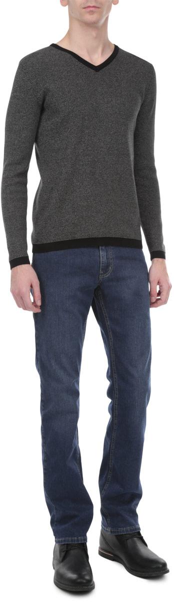 Джинсы мужские. 0930/457970930/45797_w.mediumСтильные мужские джинсы F5 - джинсы высочайшего качества на каждый день, которые прекрасно сидят. Модель прямого кроя и средней посадки изготовлена из высококачественного плотного хлопка с небольшим добавлением полиэстера и эластана. Джинсы не сковывают движения и дарят комфорт. Изделие оформлено контрастной отстрочкой. Застегиваются джинсы на пуговицу в поясе и ширинку на застежке-молнии, имеются шлевки для ремня. Спереди модель оформлена двумя втачными карманами и одним небольшим секретным кармашком, а сзади - двумя накладными карманами. Эти модные и в тоже время комфортные джинсы послужат отличным дополнением к вашему гардеробу. В них вы всегда будете чувствовать себя уютно и комфортно.