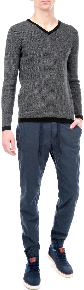 Брюки мужские. 6403669.00.126403669.00.12_6519Стильные мужские брюки Tom Tailor Denim станут отличным дополнением к вашему гардеробу. Модель прямого кроя и средней посадки изготовлена из высококачественного хлопка, она великолепно пропускает воздух и обладает высокой гигроскопичностью. Материал брюк имеет мелкий рисунок елочка. Застегиваются брюки на пуговицу и ширинку на застежке-молнии, дополнительно затягиваются на шнурок. На поясе имеются шлевки для ремня. Спереди модель дополнена двумя втачными карманами и маленьким секретным кармашком, а сзади - двумя прорезными карманами на пуговицах. Низ брючин фиксирован на широкие эластичные резинки. Эти модные и в тоже время удобные брюки помогут вам создать оригинальный современный образ. В них вы всегда будете чувствовать себя уверенно и комфортно.