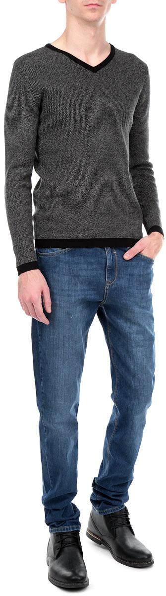 Джинсы мужские. 09543/5154309543/51543_w.darkСтильные мужские джинсы F5 - джинсы высочайшего качества на каждый день, которые прекрасно сидят. Модель прямого кроя и средней посадки изготовлена из высококачественного плотного хлопка с небольшим добавлением эластана. Джинсы не сковывают движения и дарят комфорт. Изделие оформлено тертым эффектом и контрастной отстрочкой. Застегиваются джинсы на пуговицу в поясе и ширинку на молнии, имеются шлевки для ремня. Спереди модель оформлена двумя втачными карманами и одним небольшим секретным кармашком, а сзади - двумя накладными карманами. Эти модные и в тоже время комфортные джинсы послужат отличным дополнением к вашему гардеробу. В них вы всегда будете чувствовать себя уютно и комфортно.