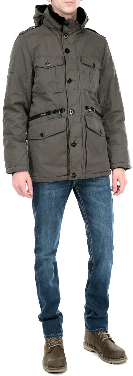 Куртка3522282.00.10_7608Стильная мужская куртка Tom Tailor, выполненная из высококачественных материалов, обеспечит максимальный комфорт при различных погодных условиях. Изделие с несъемным капюшоном, воротником-стойкой и длинными рукавами застегивается на пластиковую застежку-молнию и дополнительно ветрозащитной планкой на пуговицы. Внутренний воротник выполнен с отделкой из искусственного меха. Капюшон изделия при желании можно спрятать между двумя воротниками. Спереди модель дополнена двумя втачными карманами на молнии и четырьмя нашивными карманами на пуговицах. С внутренней стороны модель дополнена одним втачным карманом на металлической кнопке. Рукава изделия дополнены эластичными текстильными манжетами, препятствующими проникновению холодного воздуха. Капюшон изделия дополнен внутренней эластичной резинкой на стопперах. Эта стильная куртка послужит отличным дополнением к вашему гардеробу!