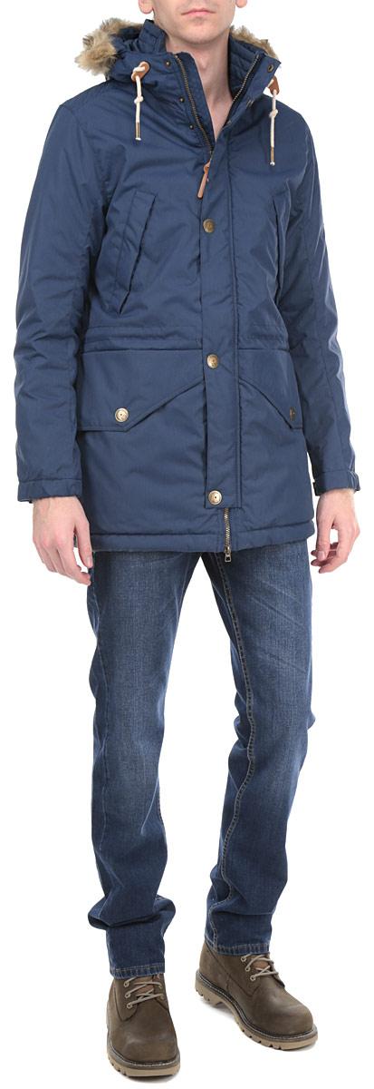 Куртка мужская. 3522254.00.123522254.00.12_6758Стильная мужская куртка Tom Tailor Denim подходит для длительных прогулок в прохладную погоду. Модель с несъемным капюшоном, воротником-стойкой и длинными рукавами застегивается на пластиковую застежку- молнию и дополнительно имеет внешнюю ветрозащитную планку на кнопках. Капюшон оформлен съемной оторочкой из искусственного меха и по краю дополнен скрытой кулиской со специальными фиксаторами. Рукава изделия дополнены хлястиками на металлических кнопках для регулировки обхвата. С внутренней стороны по линии талии изделие дополнено текстильным шнурком и втачным карманом на кнопке. Спереди модель дополнена двумя втачными карманами с косыми срезами и двумя втачными карманами с клапанами на кнопках. Эта утепленная стильная куртка послужит отличным дополнением к вашему гардеробу!