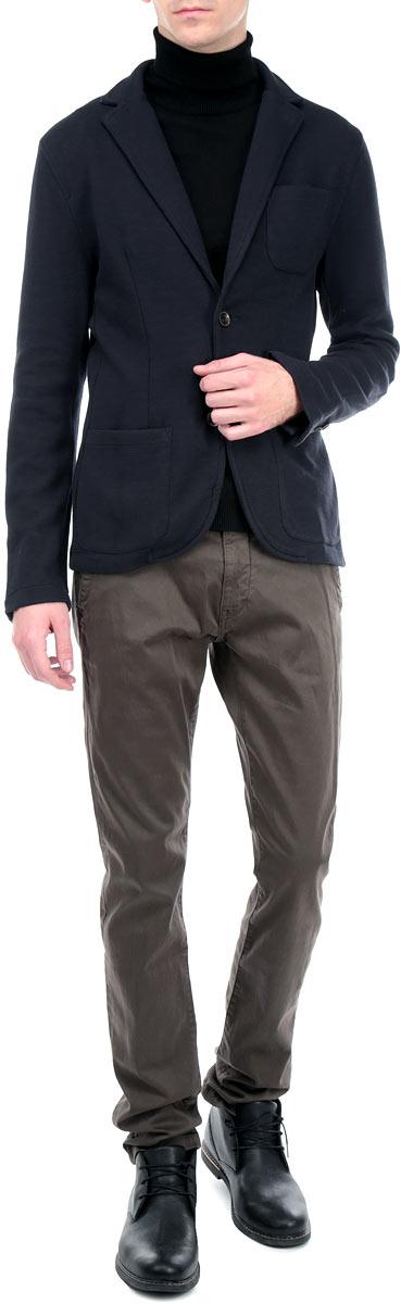 Пиджак3922465.01.10_2983Стильный мужской пиджак Tom Tailor, изготовленный из мягкого хлопкового материала с добавлением полиэстера, не сковывает движений, обеспечивая наибольший комфорт. Модель слегка приталенного кроя с длинными рукавами и отложным воротником с лацканами застегивается спереди на две пуговицы. На локтях декоративная отстрочка. Пуговицы на манжетах имитируют застежку. Пиджак дополнен нагрудным кармашком и двумя накладными карманами по бокам. Этот модный пиджак станет отличным дополнением к вашему гардеробу.