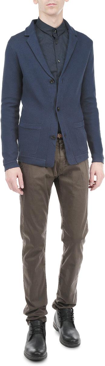 3922157.00.15_6905Стильный мужской пиджак Tom Tailor, изготовленный из мягкого хлопкового материала с добавлением модала, не сковывает движений, обеспечивая наибольший комфорт. Модель прямого кроя с длинными рукавами и отложным воротником с лацканами застегивается спереди на три пуговицы. Манжеты рукавов выполнены эластичной резинкой, предотвращая деформацию во время носки. Пиджак дополнен двумя накладными карманами спереди. Этот модный пиджак станет отличным дополнением к вашему гардеробу.