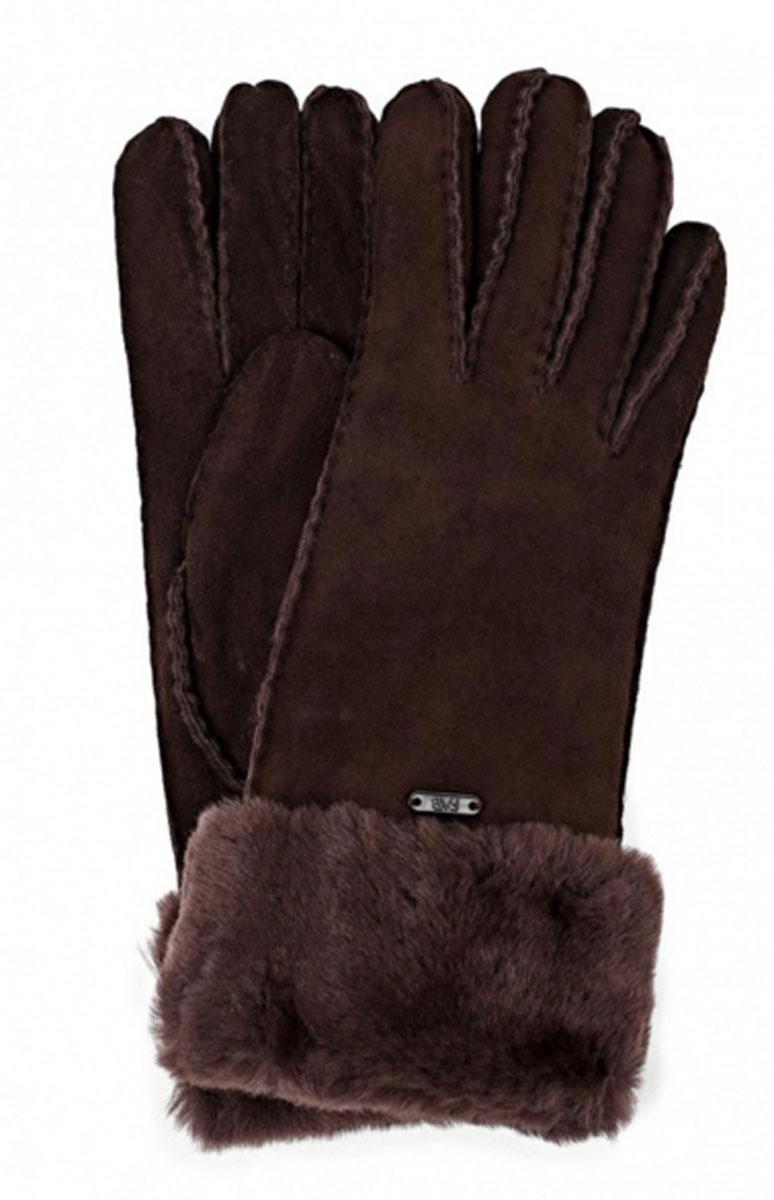 Перчатки женские. 25.225.2-2 chocolatПрекрасные теплые женские перчатки торговой марки Fabretti - незаменимый аксессуар зимнего гардероба. Модель выполнена из натуральной кожи с меховыми манжетами. На лицевой стороне перчатки декорированы пластиной с логотипом бренда. Края перчаток обработаны наружными ручными швами. Великолепные перчатки Fabretti не только согреют пальчики, но и дополнят ваш образ в качестве эффектного аксессуара.