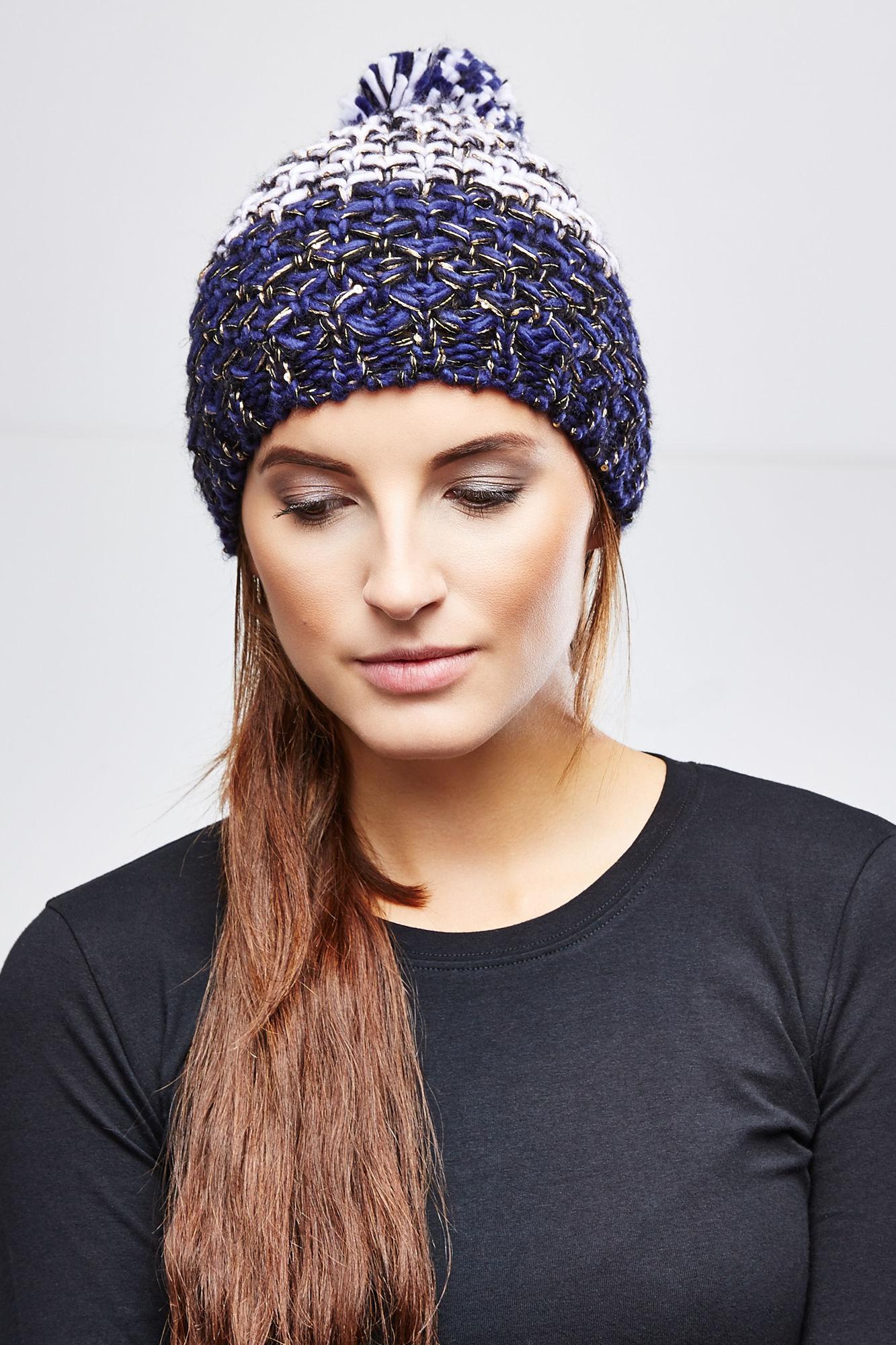 Шапка женская. Z-CZ-1800Z-CZ-1800_BEIGEВязаная женская шапка Moodo отлично подойдет для вас в прохладную погоду. Выполненная из акрила, она мягкая и приятная на ощупь, идеально прилегает к голове. Модель крупной вязки дополнена на макушке пушистым помпоном. Изделие декорировано мелкими пайетками. Такая шапка станет модным и стильным дополнением к вашему гардеробу, в ней вам будет уютно и тепло!
