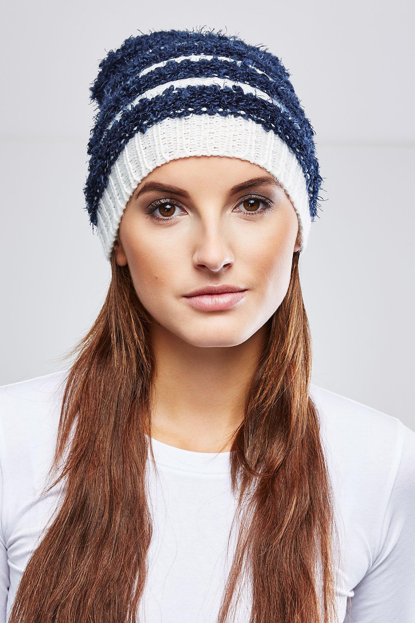 Шапка женская. Z-CZ-1808Z-CZ-1808_NAVYВязаная женская шапка Moodo отлично подойдет для вас в прохладную погоду. Изготовленная из акрила с добавлением полиэстера, она очень мягкая и приятная на ощупь, максимально удерживает тепло. Благодаря эластичной вязке, шапочка плотно облегает голову. Удлиненная модель шапки в полоску идеально подходит для любого типа лица и никогда не выходит из моды. Такой стильный и теплый аксессуар подчеркнет ваш образ и индивидуальность!