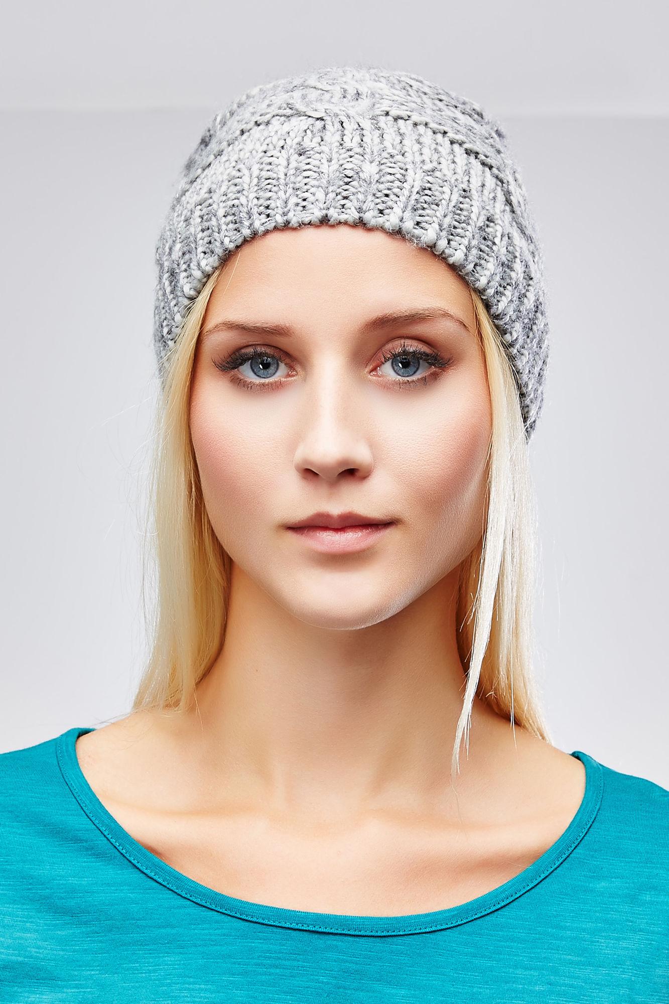 Шапка женская. Z-CZ-1818Z-CZ-1818_BLACKВязаная женская шапка Moodo отлично подойдет для вас в прохладное время года. Изготовленная из акрила, она мягкая и приятная на ощупь, обладает хорошими дышащими свойствами и максимально удерживает тепло. Благодаря крупной эластичной вязке, шапочка плотно облегает голову. Удлиненная модель шапки подходит для любого типа лица и никогда не выходит из моды. Изделие оформлено вязаным узором. Такой стильный и теплый головной убор подчеркнет ваш образ и индивидуальность!