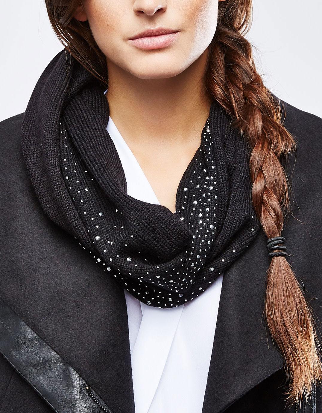 Шарф-снуд женский. Z-SZ-1807Z-SZ-1807 BLACKЖенский вязаный шарф-снуд Moodo станет отличным дополнением к гардеробу в холодную погоду. Изготовленный из высококачественной акриловой пряжи, он необычайно мягкий и приятный на ощупь, максимально сохраняет тепло. Шарф-снуд выполнен мелкой лицевой гладью и декорирован стразами, что придает яркое настроение. Модный аксессуар гармонично дополнит образ современной женщины, следящей за своим имиджем и стремящейся всегда оставаться стильной.