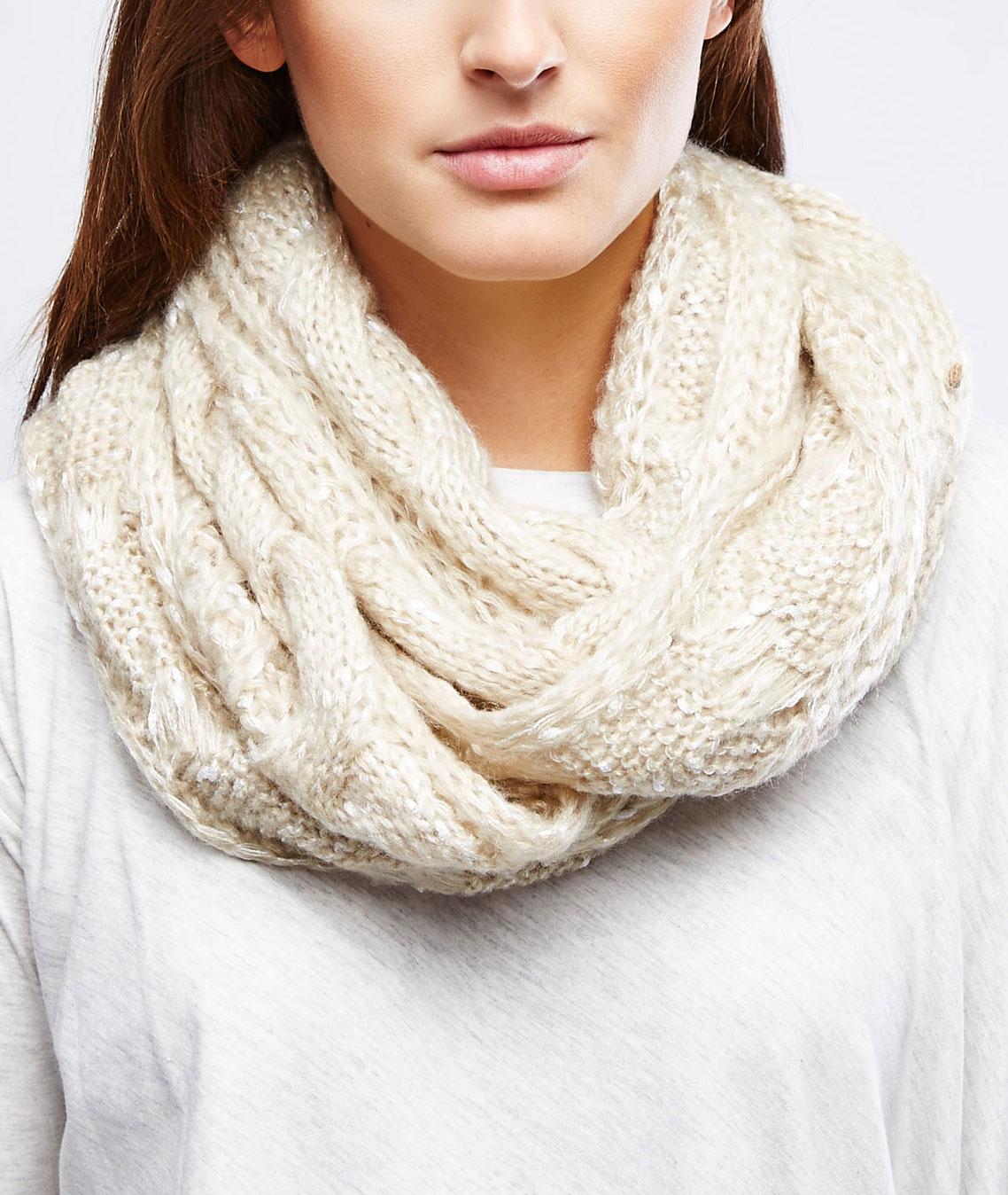 Шарф-снуд женский. Z-SZ-1825Z-SZ-1825 BEIGEСтильный женский шарф-снуд Moodo, выполненный из высококачественного материала, создан подчеркнуть ваш неординарный вкус и согреть вас в прохладное время года. Снуд можно носить на голове, на шее и груди. Сочетание акрила и полиэстера максимально сохраняет тепло и обеспечивает удобную посадку. Модель отличается сочетанием фактурной вязки и узора косички, невероятной легкостью и мягкостью. Этот модный аксессуар гармонично дополнит образ современной женщины, которая стремится всегда оставаться стильной и элегантной.