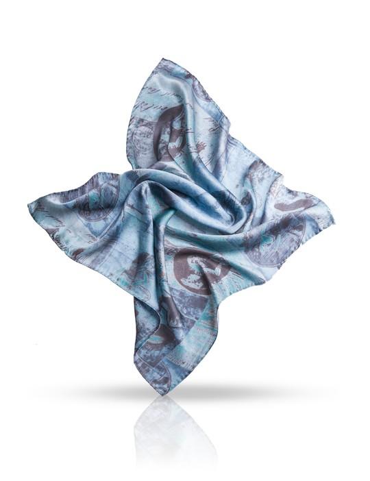 SS.KV-POSTE/NAVYПлаток Michel Katana, выполненный из натурального шелка, идеально дополнит образ современной женщины. Благодаря своему составу, он удивительно мягкий и очень приятный на ощупь. Модель оформлена винтажным принтом. Классическая квадратная форма позволяет носить платок на шее, украшать им прическу или декорировать сумочку. С этим платком вы всегда будете выглядеть женственной и привлекательной.