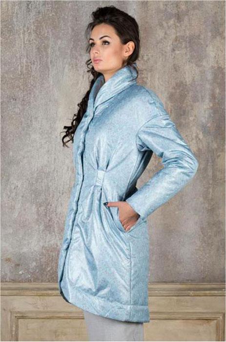 Куртка женска. J01P4-F - Анна ЧапманJ01P4-FСтильная женская куртка Анна Чапман отлично согреет вас в прохладную погоду. Модель приталенного кроя подчеркнет женственную фигуру, а изящный принт создаст уникальный образ. Рисунок напоминает плетение тонкого кружева и выполнен в снежно-бирюзовом цвете. Идеальную посадку куртки обеспечивают тонко выверенные выточки. Модель застегивается на металлические кнопки. По бокам изделие дополнено двумя втачными карманами. В комплекте - двусторонний пояс-кушак. В этой модели вы будете чувствовать себя комфортно при температуре до - 15°С.