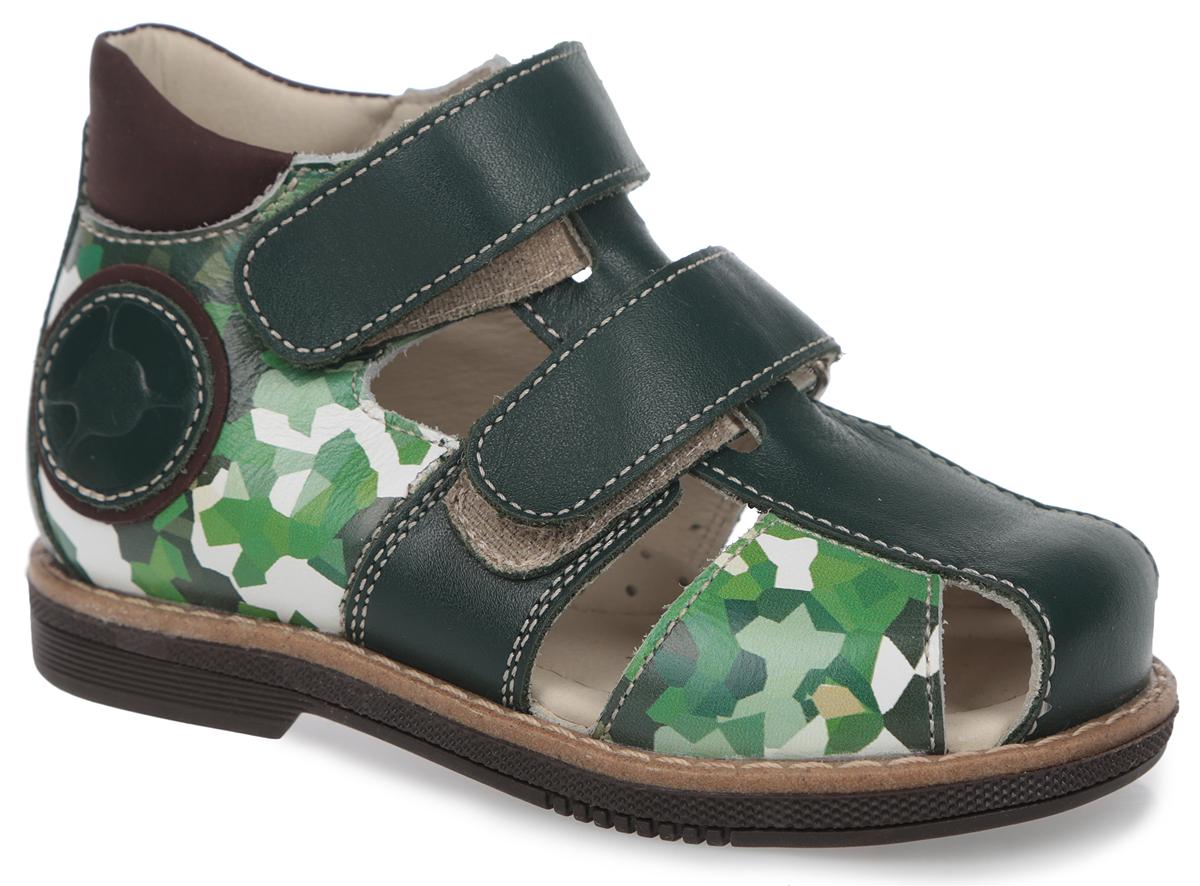 Сандалии для мальчика. FT-26004.15-OL10T.01FT-26004.15-OL10T.01Модные сандалии от TapiBoo придутся по душе вам и вашему мальчику! Модель выполнена из натуральной кожи со вставками из натурального нубука. Обувь оформлена принтом в стиле милитари, вдоль ранта - крупной прострочкой, сбоку - аппликацией, на подошве сзади - названием бренда. Отсутствие швов на подкладке гарантирует дополнительный комфорт и предотвращает натирание. Полужесткий закрытый задник и ремешки на застежках-липучках надежно фиксируют ножку ребенка, не давая ей смещаться из стороны в сторону и назад. Стелька из натуральной кожи дополнена супинатором с перфорацией, который обеспечивает правильное положение ноги ребенка при ходьбе, предотвращает плоскостопие. Ортопедический каблук Томаса укрепляет подошву под средней частью стопы и препятствует заваливанию детской стопы внутрь. Упругая подошва дополнена перекатами, позволяющими повторить естественное движение стопы при ходьбе для правильного распределения нагрузки на опорно-двигательный аппарат. Удобные и стильные сандалии...