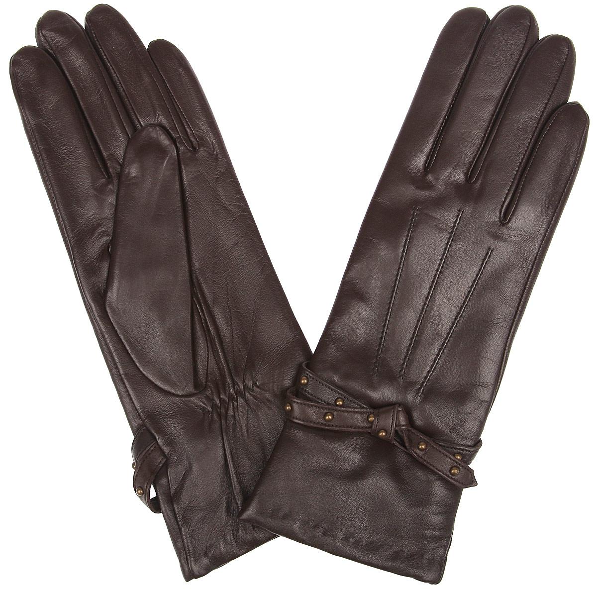 Перчатки12.13-2 chocolatЖенские перчатки Fabretti не только защитят ваши руки от холода, но и станут стильным украшением. Перчатки выполнены из натуральной кожи. Они мягкие, максимально сохраняют тепло, идеально сидят на руке. Подкладка изделия изготовлена из шерсти с добавлением кашемира. Лицевая часть модели обработана машинной отстрочкой - три луча и украшена кожаным ремешком с металлическими клепками. Перчатки являются неотъемлемой принадлежностью одежды, они идеально подойдут к романтичному образу.