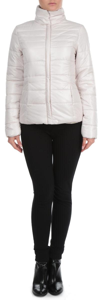 Куртка женская. SKU0625BESKU0625BEСтильная женская куртка Top Secret отлично подойдет для прохладной погоды. Модель приталенного силуэта с воротником-стойкой и длинными рукавами застегивается не пластиковую застежку-молнию, прикрытую планкой. Воротник изделия застегивается на две металлические кнопки. Низ изделия также дополнительно застегивается хлястиком на кнопку. Куртка оформлена эффектной стежкой и спереди дополнена двумя втачными карманами на кнопках. Эта модная куртка послужит отличным дополнением к вашему гардеробу.