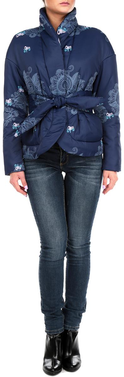 КурткаJ01P6-DСтильная женская куртка Анна Чапман отлично согреет вас в прохладную погоду. Модель приталенного кроя подчеркнет женственную фигуру, а изящный принт создаст уникальный образ. Идеальную посадку куртки обеспечивают тонко выверенные выточки и ультрамодная баска. Модель застегивается на металлические кнопки. По бокам изделие дополнено двумя втачными карманами. В комплекте - двусторонний пояс-кушак. В этой модели вы будете чувствовать себя комфортно при температуре до - 5°С.