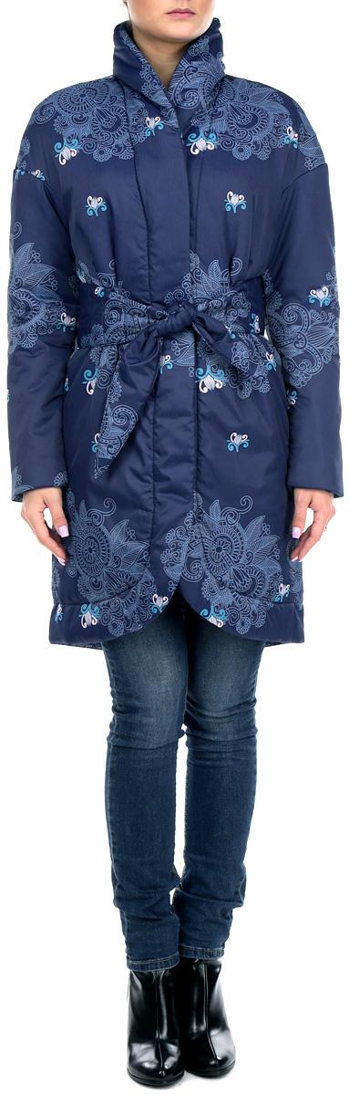Куртка женская. J01P4J01P4-BLVСтильная женская куртка Анна Чапман отлично согреет вас в прохладную погоду. Модель приталенного кроя подчеркнет женственную фигуру, а изящный принт создаст уникальный образ. Рисунок напоминает плетение тонкого кружева и выполнен в сером цвете. Идеальную посадку куртки обеспечивают тонко выверенные выточки. Модель застегивается на металлические кнопки. По бокам изделие дополнено двумя втачными карманами. В комплекте - двусторонний пояс-кушак. В этой модели вы будете чувствовать себя комфортно при температуре до - 15°С.