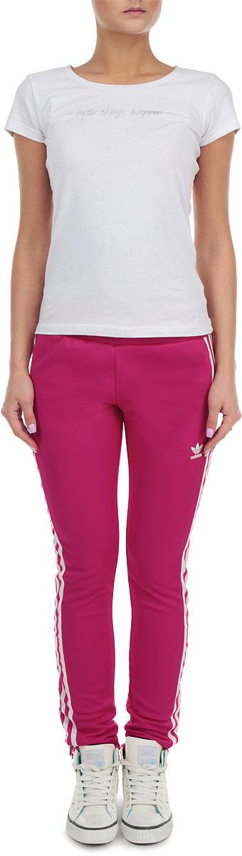 Брюки спортивныеA08268Удобные женские спортивные брюки Adidas Europa TP великолепно подойдут для отдыха и занятий спортом. Модель прямого кроя и средней посадки изготовлена из хлопка с добавлением полиэстера, благодаря чему великолепно пропускает воздух, обладает высокой гигроскопичностью и отводит влагу от тела. Брюки дополнены широкой эластичной резинкой на поясе и имеют молнии по низу штанин. Объем талии регулируется при помощи шнурка-кулиски. Брюки оснащены двумя втачными карманами на молниях спереди и оформлены тремя контрастными полосками по всей длине штанин. Эти модные и в тоже время удобные брюки - настоящее воплощение комфорта. В них вы всегда будете чувствовать себя уверенно и уютно.