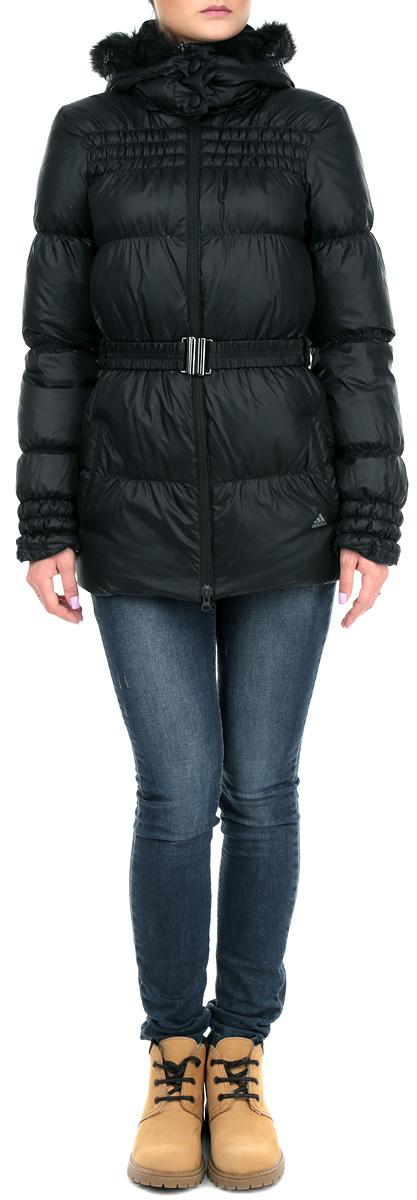 Куртка женская. J long djkt. W52997W52997Стильная куртка Adidas J long djkt надежно защитит вас в прохладную погоду. Модель приталенного силуэта со съемным капюшоном, воротником-стойкой и длинными рукавами застегивается по всей длине на пластиковую застежку-молнию. Капюшон декорирован оторочкой из искусственного меха. Внутрення часть воротника выполнена из мягкого флиса. Эффектная стежка и широкий ремень подчеркнут достоинства вашей фигуры. Спереди модель дополнена двумя втачными карманами. Эта куртка станет отличным дополнением вашего гардероба!