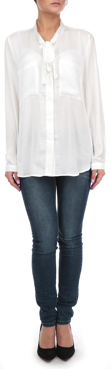 Блузка10153997 001Стильная удлиненная женская блуза Broadway, выполненная из 100% полиэстера, подчеркнет ваш уникальный стиль и поможет создать оригинальный женственный образ. Блузка с длинными рукавами и воротником-стойкой застегивается на пуговицы спереди. Воротник блузки дополнен завязками, которые можно завязать в красивый декоративный бант. Манжеты рукавов застегиваются на пуговицы, спереди блузка дополнена двумя накладными карманами. Легкая блуза идеально подойдет для жарких летних дней. Такая блузка будет дарить вам комфорт в течение всего дня и послужит замечательным дополнением к вашему гардеробу.