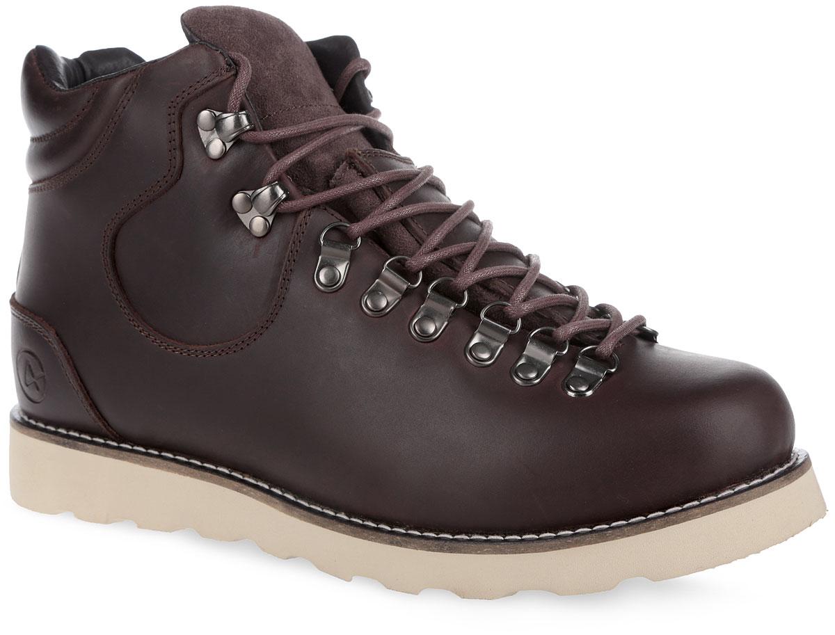 Ботинки мужские Novosibirsk. 003-NS-O4L4-W003-NS-O4L4-WСтильные мужские ботинки от Affex Novosibirsk займут достойное место в вашем гардеробе. Модель выполнена из натуральной кожи и дополнена светлой прострочкой вдоль ранта. Верх изделия оформлен шнуровкой, которая надежно фиксирует обувь на ноге и регулирует объем. Отверстия для шнурков из металлических петелек. С задней стороны модель дополнена наружным ремешком и ярлычком для более удобного надевания обуви. Подкладка и съемная стелька, исполненные из искусственной шерсти, защитят ноги от холода и обеспечат комфорт. Язычок изготовлен из натурального нубука. Задник декорирован тиснением в виде логотипа бренда. Подошва с рельефным протектором обеспечивает отличное сцепление с любой поверхностью. В комплект входит вторая пара шнурков контрастного цвета. Модные ботинки отлично подойдут как для простой прогулки, так и для дальней поездки.