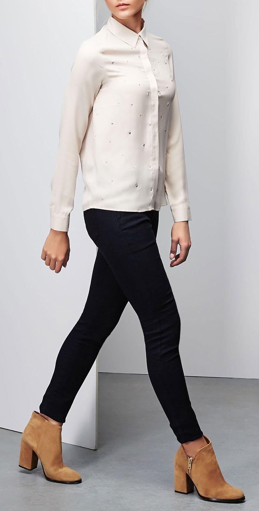 Z-KO-1802_BLACKМодная блузка Moodo, выполненная из полиэстера, подчеркнет ваш уникальный стиль и поможет создать оригинальный женственный образ. Материал очень легкий, мягкий и приятный на ощупь, не сковывает движения и хорошо вентилируется. Блузка прямого кроя с длинными рукавами и отложным воротником застегивается на пуговицы, скрытые внешней планкой. Манжеты рукавов также застегиваются на пуговицы. Спереди изделие декорировано металлическими клепками и стразами. Такая блузка будет дарить вам комфорт в течение всего дня и послужит замечательным дополнением к вашему гардеробу.