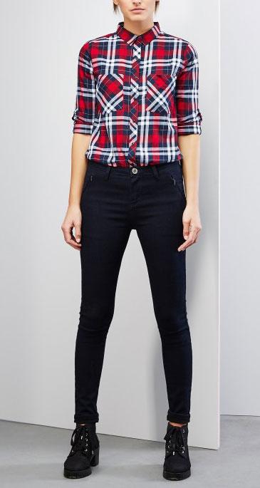 РубашкаZ-KO-1807_REDМодная женская рубашка Moodo, выполненная из натурального хлопка, прекрасно подойдет для повседневной носки. Материал очень мягкий и приятный на ощупь, не сковывает движения и позволяет коже дышать. Рубашка прямого кроя с длинными рукавами и отложным воротником застегивается на пуговицы по всей длине. На груди модели предусмотрены два накладных кармана. Рукава рубашки с внутренней стороны дополнены хлястиками на пуговицах, позволяющими регулировать их длину. Манжеты также застегиваются на пуговицы. Изделие оформлено принтом в клетку. Такая модель будет дарить вам комфорт в течение всего дня и станет стильным дополнением к вашему гардеробу.