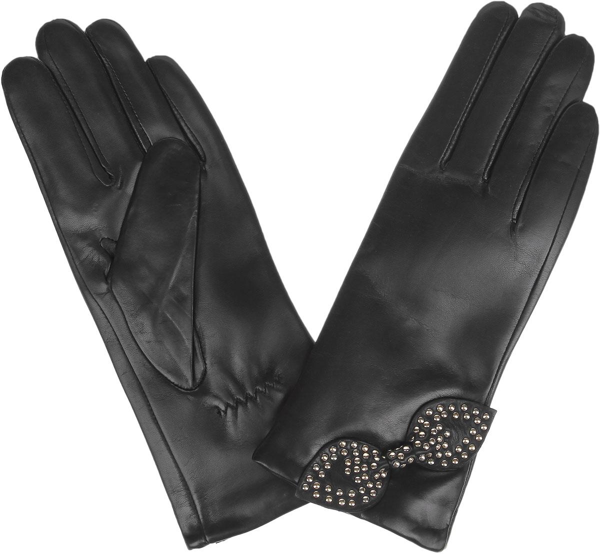 Перчатки9.79-1_blackЖенские перчатки Fabretti не только защитят ваши руки от холода, но и станут стильным украшением вашего образа. Перчатки изготовлены из натуральной кожи с подкладкой из шерсти с добавлением кашемира. Лицевая сторона модели декорирована бантом с металлическими клепками. Запястье оснащено небольшой резинкой, фиксирующей модель на руке. Перчатки Fabretti станут завершающим и подчеркивающим элементом вашего стиля.